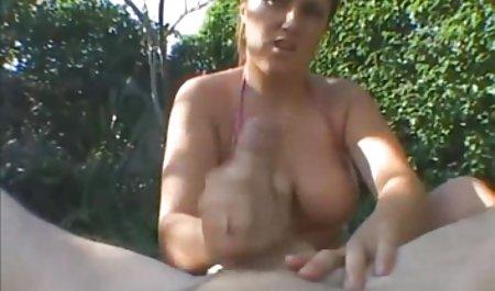Громадський пляж порно молодий зі зрілою смокчуть і трахаються перед камерою