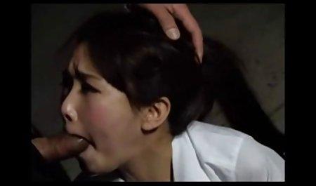 Азіатська порно з людьми похилого віку дівчина, простягаючи її дупу з величезним вібратором